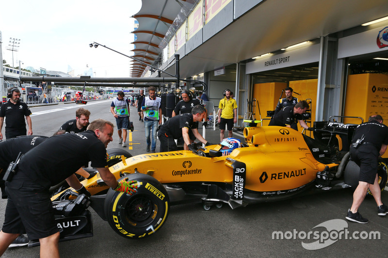 Джоліон Палмер, Renault Sport F1 Team RS16, в піт-боксі