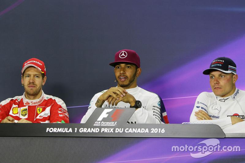 (Зліва направо): Себастьян Феттель, Ferrari; Льюїс Хемілтон, Mercedes AMG F1; Валттері Боттас, Williams під час прес-конференції FIA