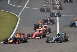 Daniel Ricciardo, Red Bull Racing RB12 y Nico Rosberg, Mercedes AMG F1 Team W07 lidera al inicio de