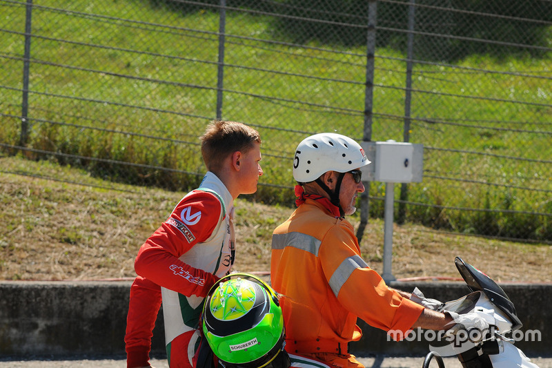 Mick Schumacher, Prema Powerteam sullo scooter dopo essersi ritirato dalla gara per l'incidente con il compagno di squadra Juan Manuel Correa, Prema Powerteam
