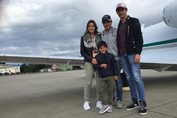 Родина Масси та Естеба Гутьєррес біля літака