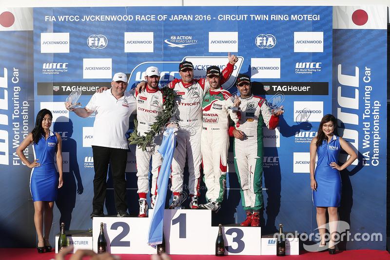Podium: winner Yvan Muller, Citroën World Touring Car Team, second place José María López, Citroën World Touring Car Team, third place Tiago Monteiro, Honda Racing Team JAS, independent winner Mehdi Bennani, Sébastien Loeb Racing