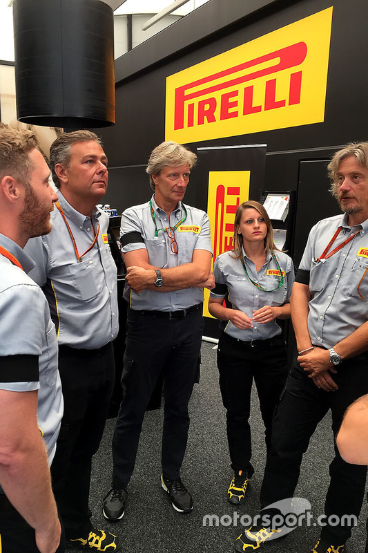 Teambesprechung bei Pirelli
