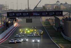 Départ de la course : #1 Porsche Team Porsche 919 Hybrid: Neel Jani, Andre Lotterer, Nick Tandy devant la #7 Toyota Gazoo Racing Toyota TS050-Hybrid: Mike Conway, Kamui Kobayashi, Jose Maria Lopez