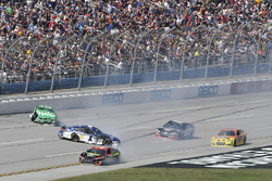 Crash: Jamie McMurray, Chip Ganassi Racing Chevrolet, Erik Jones, Furniture Row Racing Toyota, Jeffrey Earnhardt, Circle Sport - The Motorsports Group Chevrolet
