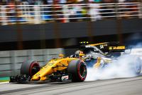 Carlos Sainz Jr., Renault Sport F1 Team RS17, locks up heavily