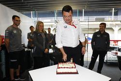 Eric Boullier, Yarış Direktörü, McLaren, takımdan doğum günü pastası alıyor
