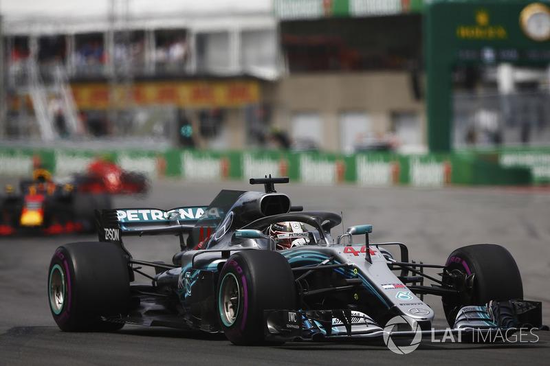 Lewis Hamilton, Mercedes AMG F1 W09, por delante de Daniel Ricciardo, Red Bull Racing RB14 y Kimi Raikkonen