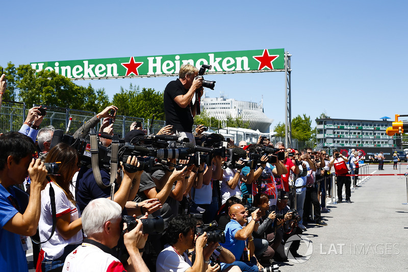 LAT Photographer Steven Tee gains a height advantage over the others in the pit lane