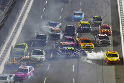 Matt Kenseth, Joe Gibbs Racing Toyota and Jimmie Johnson, Hendrick Motorsports Chevrolet wreck
