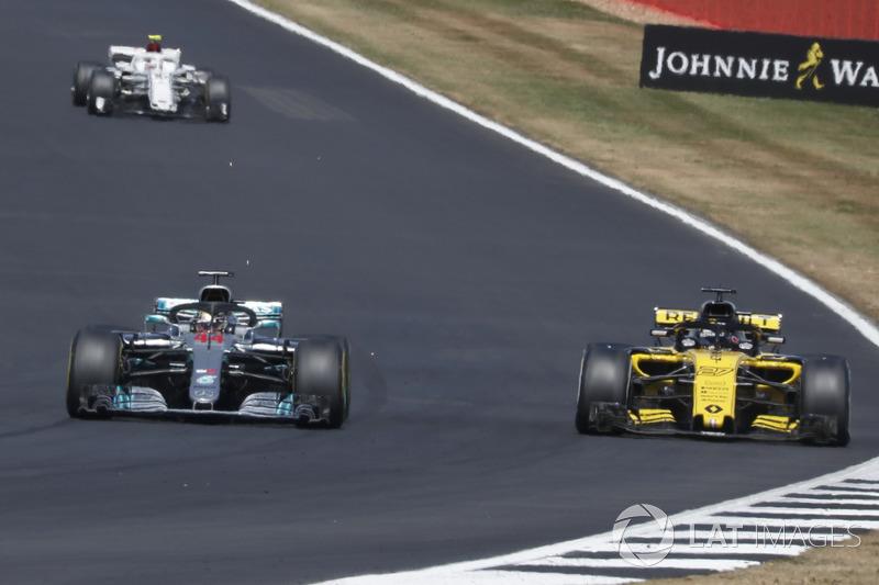 Lewis Hamilton, Mercedes-AMG F1 W09 pasa a Carlos Sainz Jr., Renault Sport F1 Team R.S. 18