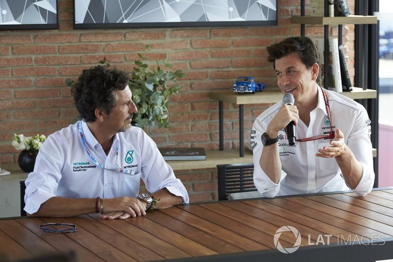 Toto Wolff, Mercedes AMG F1 Director de Motorsport con ingeniero de Petronas