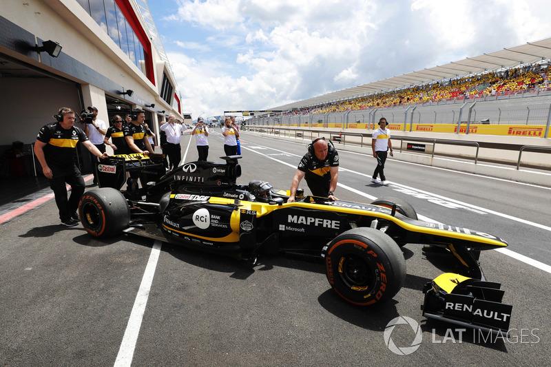 Aseel Al-Hamad bersiap mengemudikan mobil Formula 1 Lotus E20 Renault