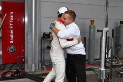 Charles Leclerc, Sauber takım ile altıncı sırayı kutluyor