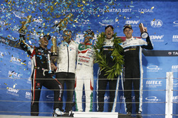 Podio: Campeón del mundo Thed Björk, Polestar Cyan Racing, Volvo S60 Polestar TC1, ganador de la carrera Esteban Guerrieri, Honda Racing Team JAS, Honda Civic WTCC, segundo lugar Rob Huff, All-Inkl Motorsport, Citroën C-Elysée WTCC, tercer lugar Nicky Cats
