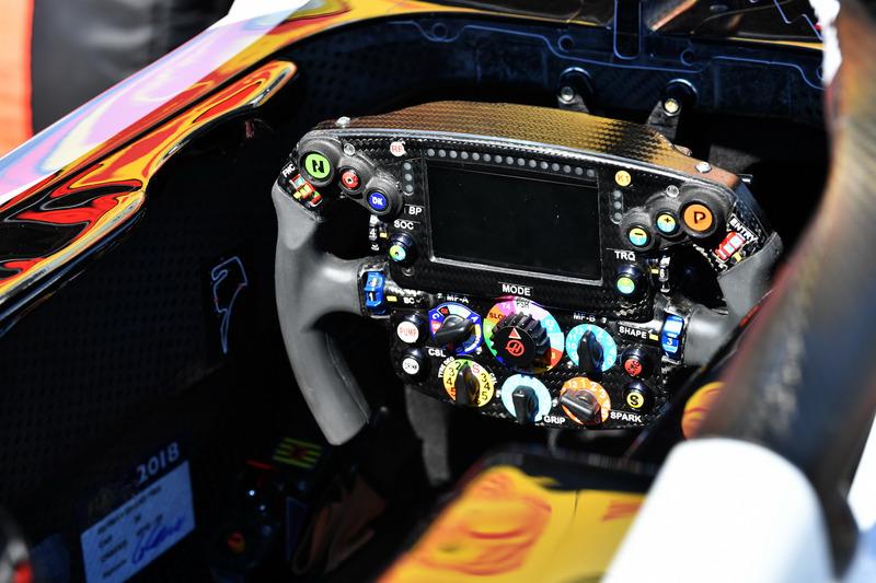 Кермо Haas F1 Team VF-18