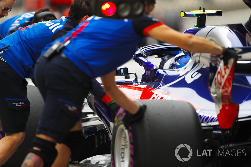 Toro Rosso engineers move the car of Pierre Gasly, Toro Rosso STR13 Honda, in the pit lane