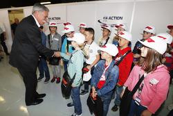Chase Carey, presidente de Formula Uno, se encuentra con los niños de la parrilla