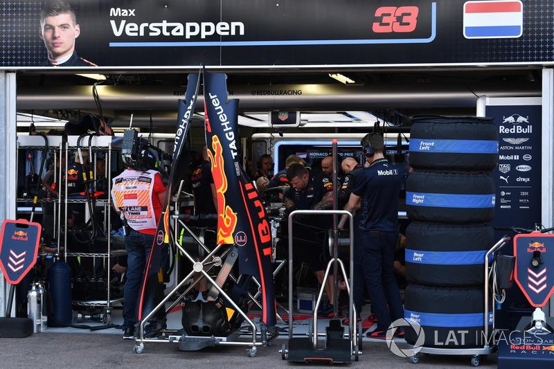 Meccanici Red Bull Racing al lavoro sulla monoposto di Max Verstappen, Red Bull Racing RB14