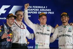 Podio: il vincitore Nico Rosberg, Mercedes AMG F1, il secondo classificato Daniel Ricciardo, Red Bull Racing, il terzo classificato Lewis Hamilton, Mercedes AMG F1