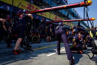 L'équipe Red Bull Racing durant un arrêt au stand