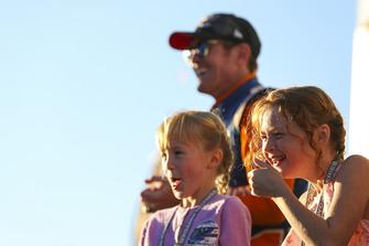 Scott Dixon, Chip Ganassi Racing Honda, Campeón de la Serie IndyCar 2018, con su esposa Emma, y sus hijos, Tilly y Poppy