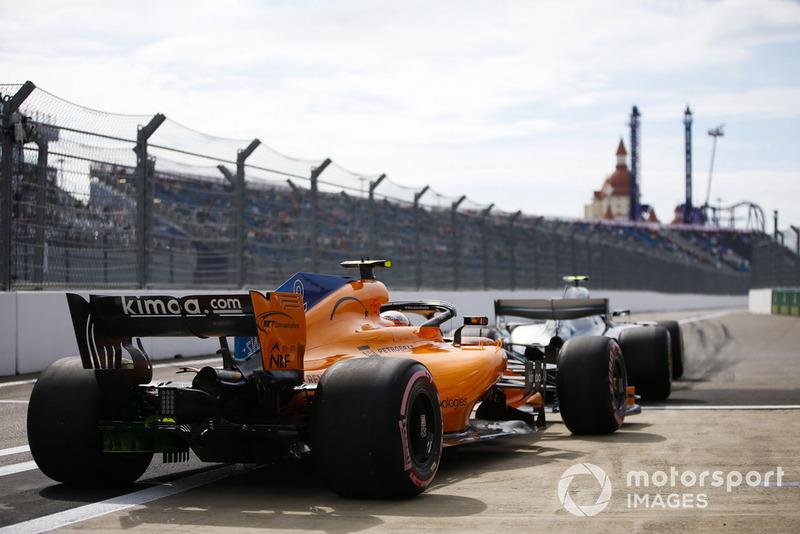 Valtteri Bottas, Mercedes AMG F1 W09, devant Stoffel Vandoorne, McLaren MCL33