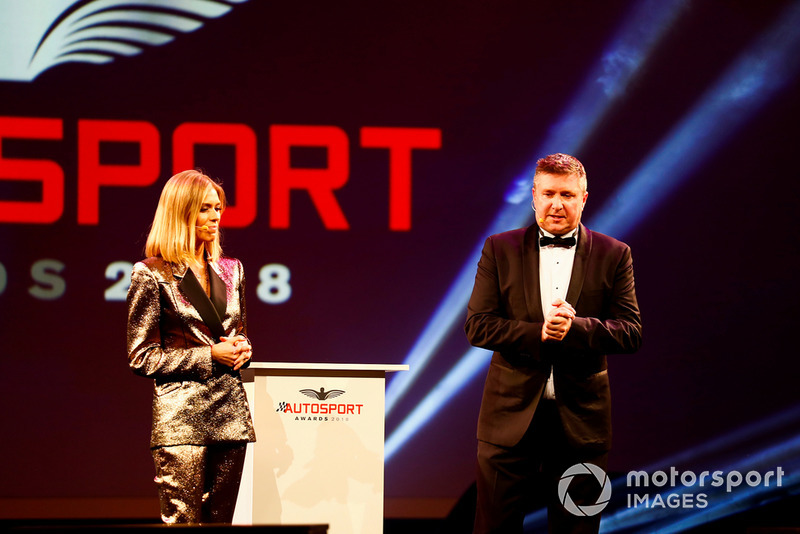 I presentatori Nicki Shields e David Croft, sul palco