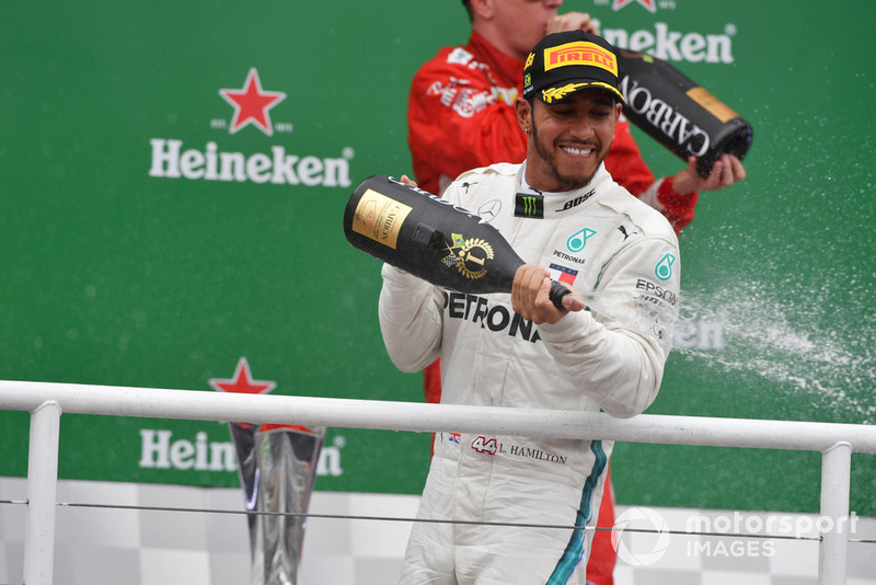Le vainqueur Lewis Hamilton, Mercedes AMG F1 fête sa victoire sur le podium avec du champagne
