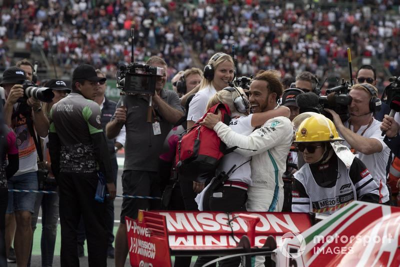 Lewis Hamilton, Mercedes AMG F1 e Angela Cullen, PA, fisioterapista e preparatrice, festeggia nel parco chiuso