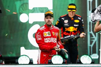 Обладатель второго места Себастьян Феттель, Ferrari, и победитель Макс Ферстаппен, Red Bull Racing