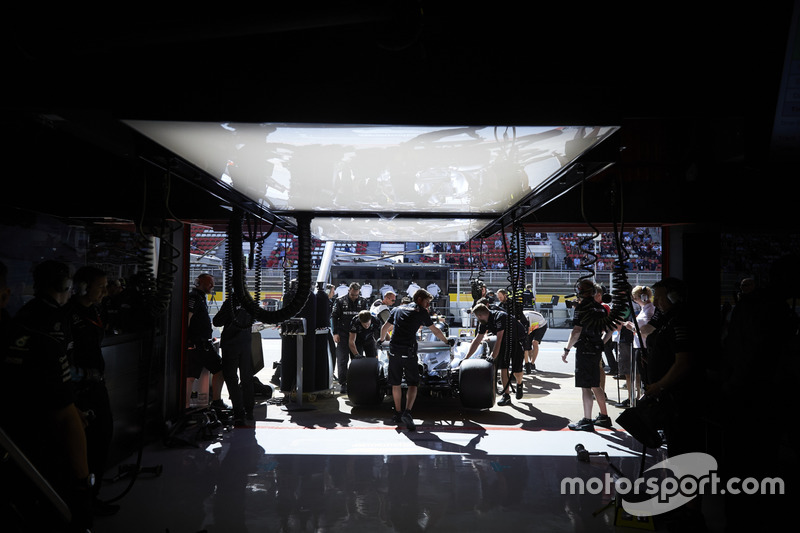 The Mercedes team recover Valtteri Bottas, Mercedes AMG F1 W08