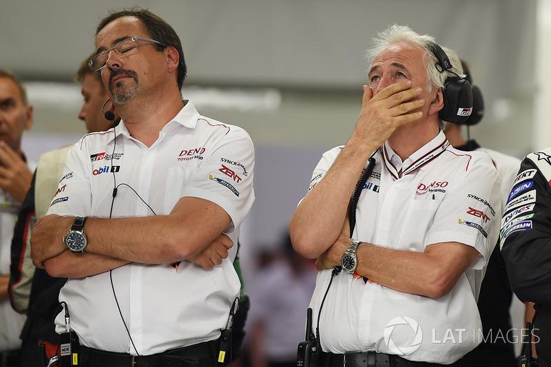 2. Rob Leupen, Team Manager, Toyota Gazoo Racing, reacciona tras el retiro del #9 con Hugues de Chaunac