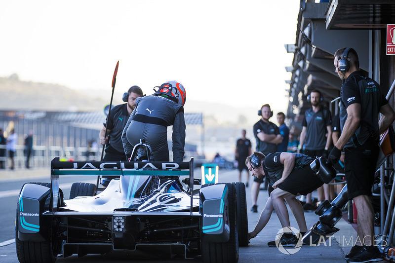 Nelson Piquet Jr., Panasonic Jaguar Racing, en pit stop