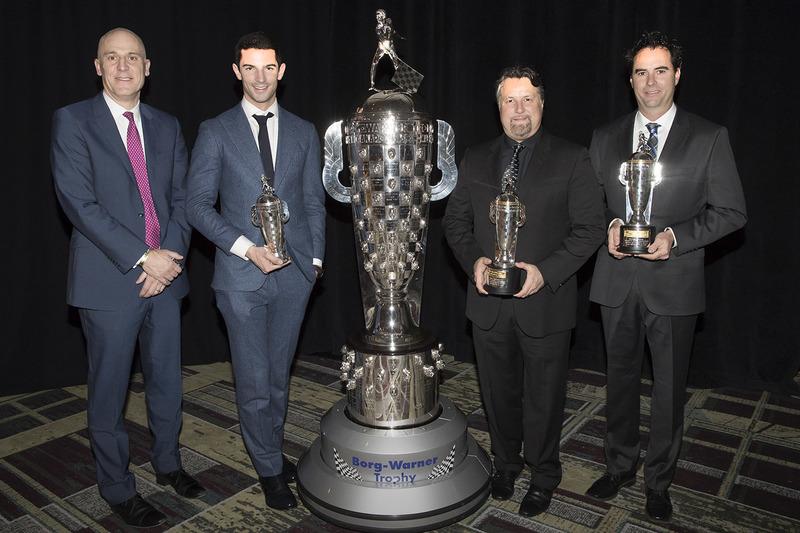 James Verrier de BorgWarner, Indy 500 ganador 2016 Alexander Rossi ,dueño del equipo Michael Andretti, Bryan Herta con los trofeos baby Borg-Warner y el trofeo Borg-Warner