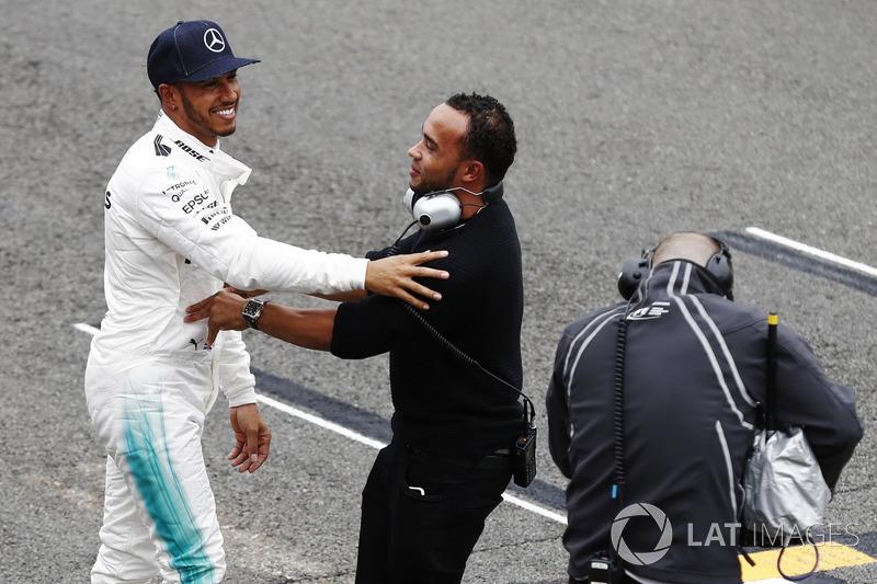 Lewis Hamilton, Mercedes AMG F1, es felicitado en su posición de pole por su hermano Nick