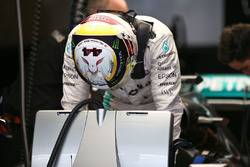 Lewis Hamilton, Mercedes AMG F1 W07 Hybrid with a tribute on his helmet to Dr. Aki Hintsa
