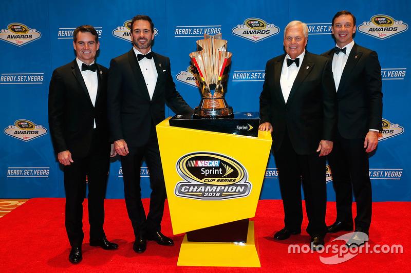 Campeón Jimmie Johnson, Hendrick Motorsports Chevrolet y el dueño del equipo Rick Hendrick, jefe de equipo Chad Knaus, Jeff Gordon