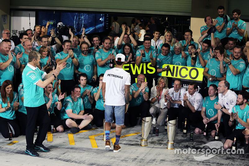 Lewis Hamilton, de Mercedes AMG F1 celebra con Thomas Weber, miembro de la Junta de administración de Daimler AG y el equipo