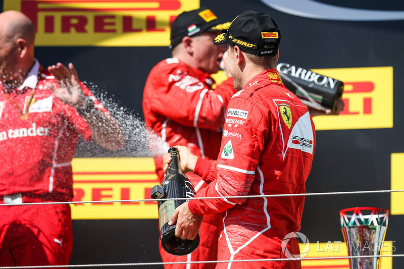 Подіум: переможець Себастьян Феттель, Кімі Райкконен, Ferrari, головний інженер Ferrari Джок Кліа