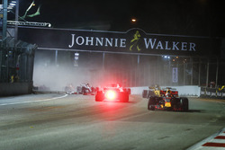 Даниэль Риккардо, Red Bull Racing RB13, и Себастьян Феттель, Ferrari SF70H