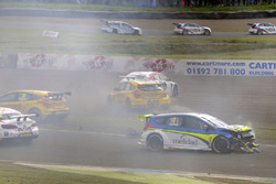 BTCC Crash, Andrew Jordan, West Surrey Racing Racing BMW 125i M Sport, Senna Proctor, Power Maxed Racing Vauxhall Astra, Stephen Jelley, Team Parker Racing Ford Focus and Dave Newsham, BTC Racing Chevrolet Cruze collide