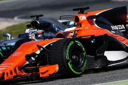 Stoffel Vandoorne, McLaren MCL32 et Valtteri Bottas, Mercedes AMG F1 W08