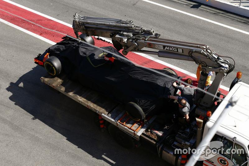 McLaren MCL32 Стоффеля Вандорна повертають назад на піт-лейн на вантажівці