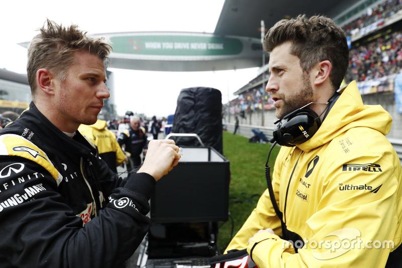 Nico Hülkenberg, Renault Sport F1 Team, spricht mit einem Ingenieur