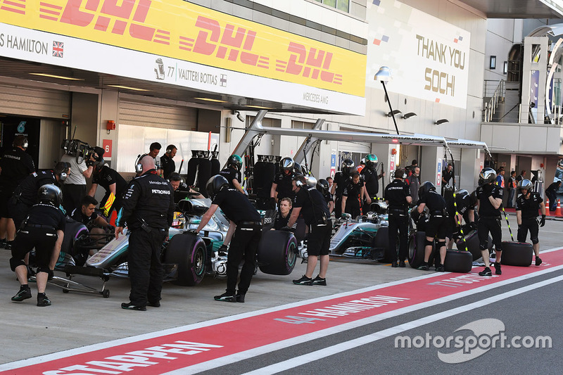 Льюис Хэмилтон, Mercedes AMG F1 W08, и Валттери Боттас, Mercedes AMG F1 W08