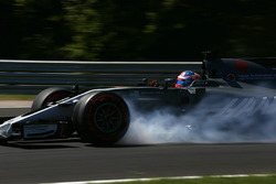 Romain Grosjean, Haas F1 Team VF-17, bloque une roue