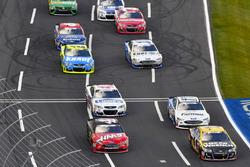 Jamie McMurray, Chip Ganassi Racing, Chevrolet; Kurt Busch, Stewart-Haas Racing, Ford