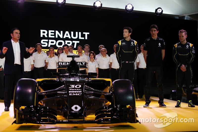 Carlos Ghosn, Presidente de Renault con Jolyon Palmer, Renault F1 Team; Esteban Ocon, piloto de pruebas de Renault F1 Team; y Kevin Magnussen, Renault F1 Team