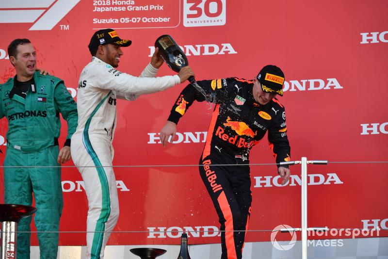 Метт Дін, головний механікMercedes AMG F1, Льюіс Хемілтон, Mercedes AMG F1, Макс Ферстаппен, Red Bull Racing, святкують на подіумі
